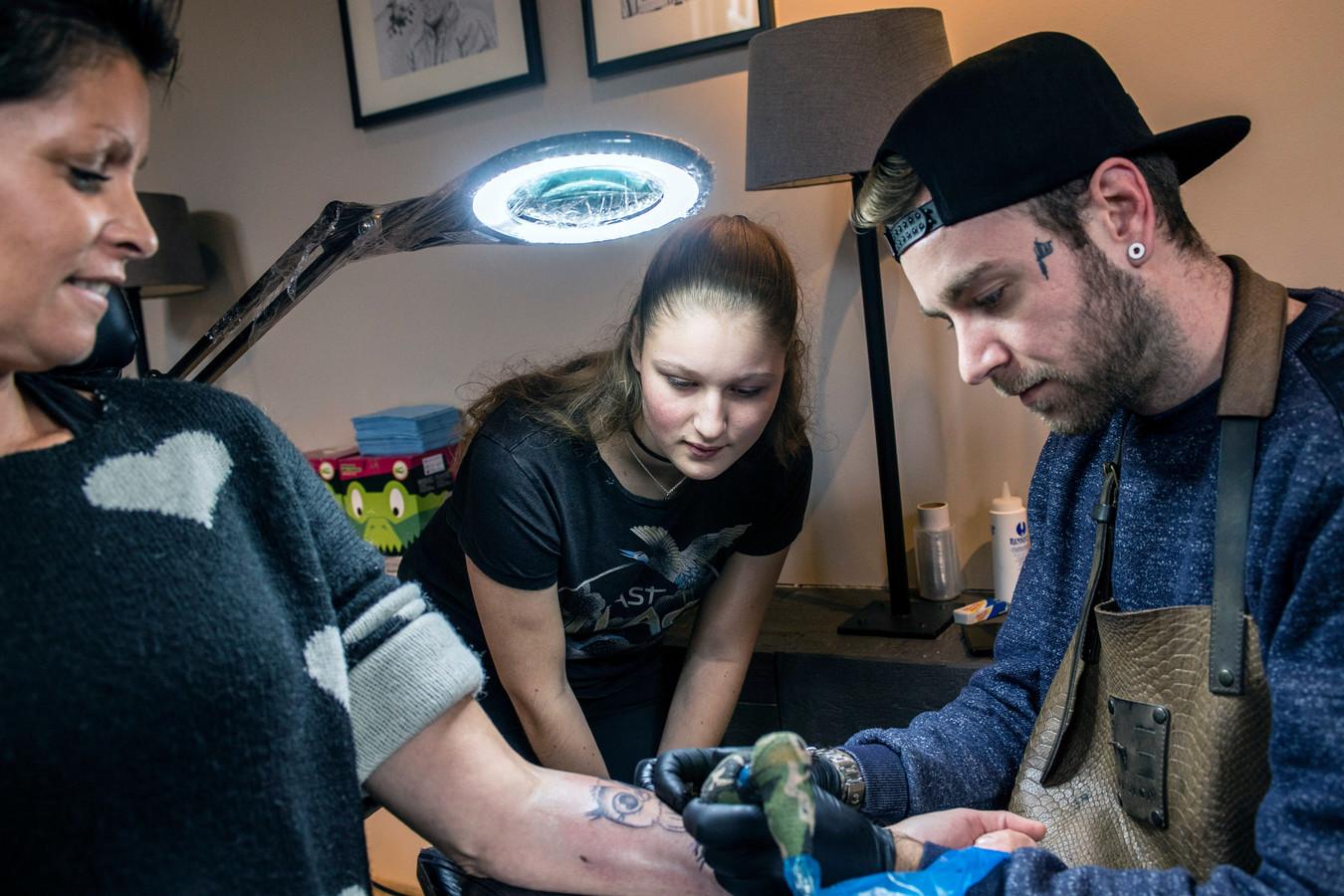 Marit 16 Wil Een Eigen Tattooshop Nu Eerst Oefenen Op