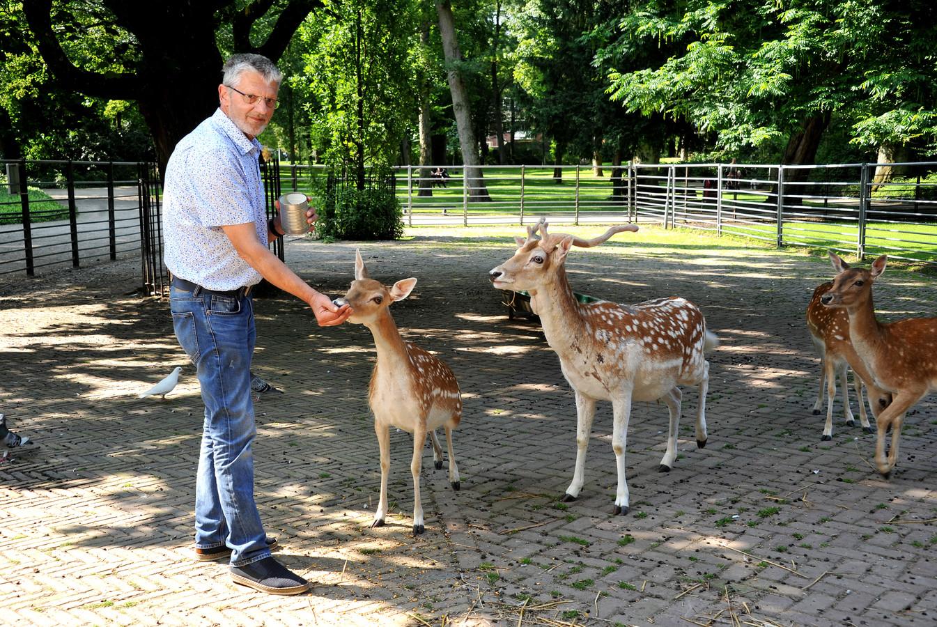 Nico Duyndam verzorgde deze week voor de laatste keer zijn dieren, zoals de herten in Park Merwestein.