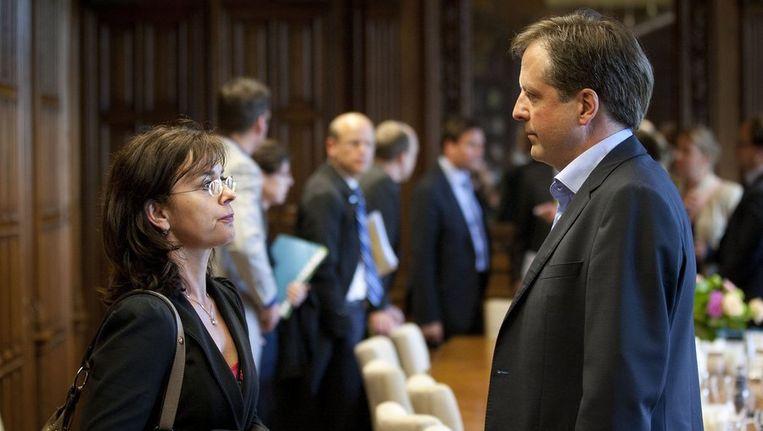 GroenLinks fractievoorzitter Jolande Sap (L) en D66-leider Alexander Pechtold in gesprek na afloop van het overleg van de Kunduz-coalitie. Beeld anp