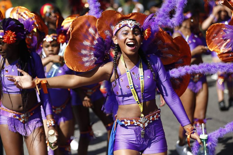 Performers pose on the first day of the Notting Hill Carnival in west London on August 27, 2017.  Nearly one million people are expected by the organizers Sunday and Monday in the streets of west London's Notting Hill to celebrate Caribbean culture at a carnival considered the largest street demonstration in Europe. / AFP PHOTO / Tolga AKMEN Beeld AFP