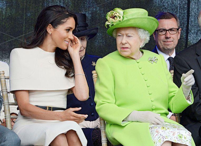 Meghan Markle naast koningin Elizabeth tijdens de opening van een brug. Beeld REUTERS