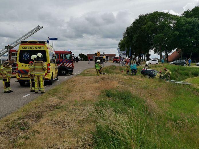 Brandweer en ambulance bij het ongeval in Giethoorn.