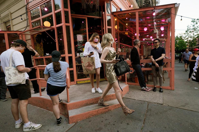 Het nachtleven komt in New York weer op gang nu een groot deel van de bevolking gevaccineerd is. Handgel en mondkapjes zijn nog wel overal aanwezig. Beeld AP