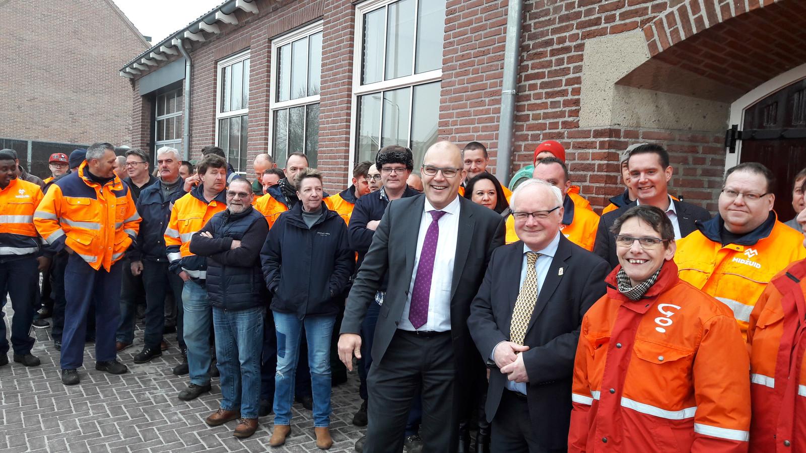 De hele 'Veerse' buitenploeg van MidZuid was bij de opening. Op de voorgrond directeur Egbert Lichtenberg van MidZuid (links) en wethouder Adriaan de Jongh.