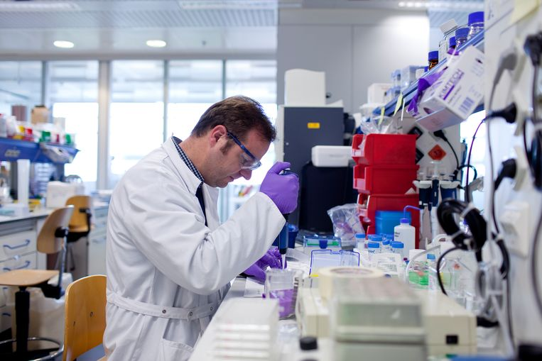 Een medewerker van Janssen Pharmaceutica in het hoofdkantoor te Beerse. Beeld RV / Janssen Pharmaceutica