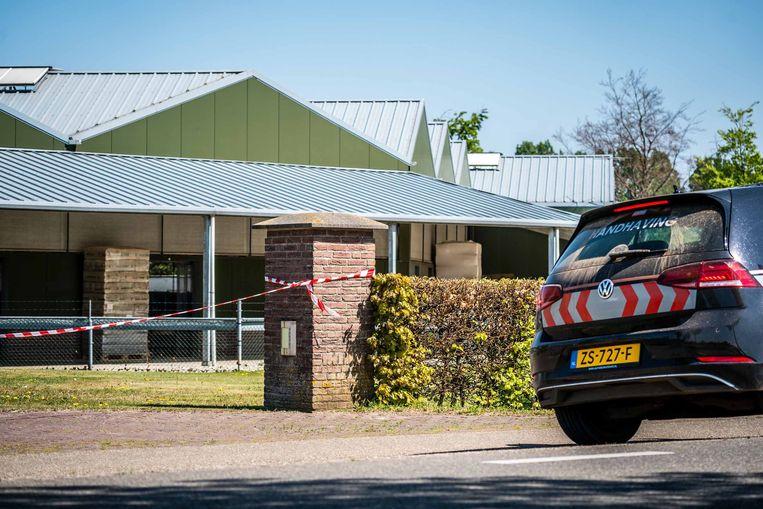 Linten bij een nertsenhouderij. Deze boerderij werd vorige week al gesloten nadat bleek dat dieren besmet waren geraakt met het coronavirus.  Beeld ANP