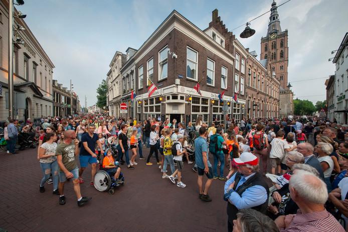 Deelnemers aan de Avondvierdaagse onderweg naar de finish op de Parade. Dit jaar kunnen zij terecht in een 'finishdorp'.