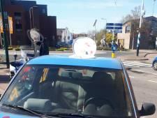 Man zit op toiletbril op dak van auto in Renswoude