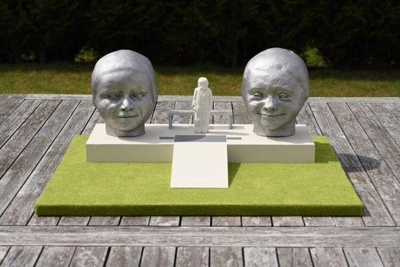 Dit is de maquette van het beeld dat Karel Hadermann in gedachten heeft. Het mannetje in het midden moet enkel de hoogte van de twee kinderhoofden aangeven.