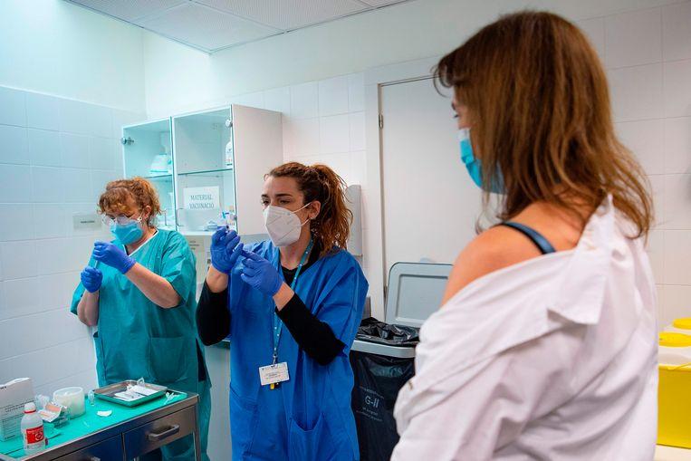 Vaccinatiecentrum in Barcelona Beeld AFP