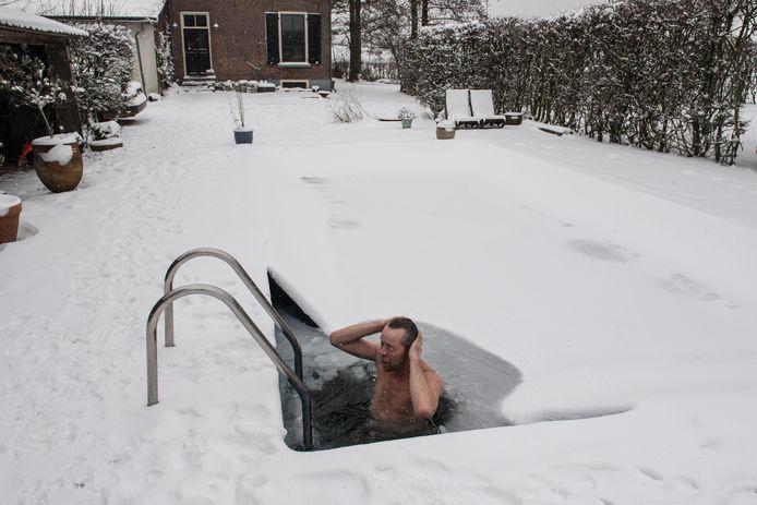 Steven Scheffer neemt iedere dag een duik in zijn zwembad, ook als het flink vriest.
