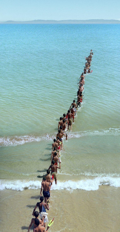 'Don't Cross the Bridge Before You Get to the River' van de Belgische kunstenaar Francis Alÿs. Beeld rv