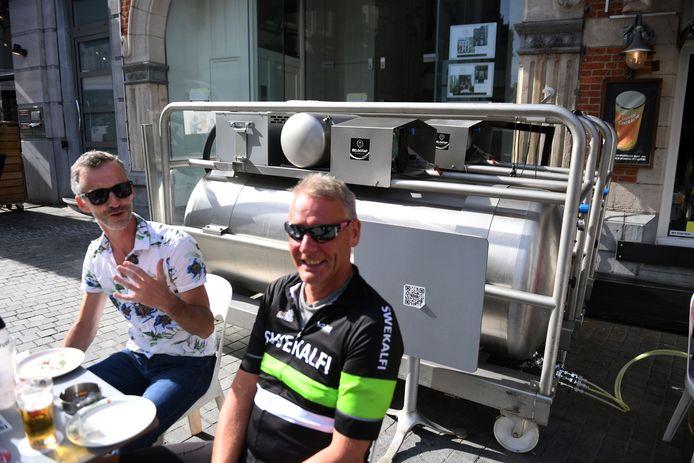 Café Leuven Central is populair bij wielerliefhebbers want je krijgt vanop het terras de renners van dichtbij te zien.