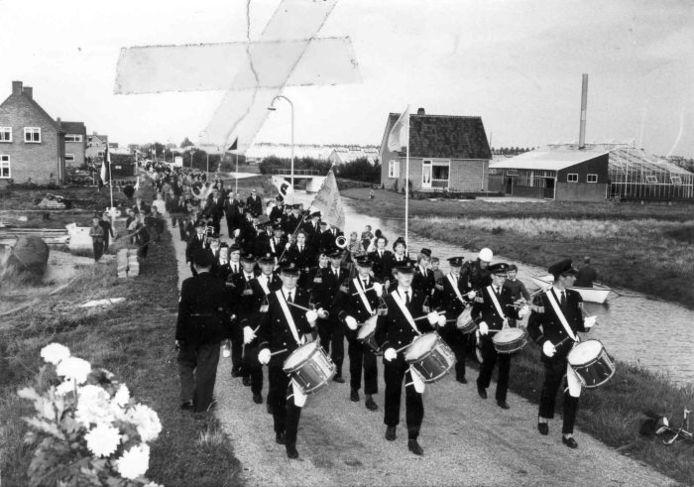 De aanleg van de Paradijsweg in Ter Aar. Bij de feestelijke opening van de weg gaf muziekvereniging Arti et Religioni acte de presence.