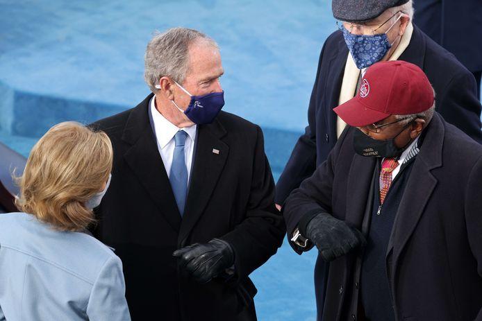 George W. Bush begroet volksvertegenwoordiger Jim Clyburn met een elleboogje.