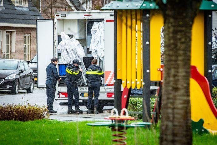 De politie pakt uit  voor een groot onderzoek bij de woning