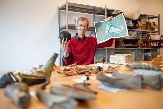 """Archeoloog Thomas Spitzers met de Enterse vondsten: """"Ook delen van pistolet, een klein kaliber handgeweer, zijn door ons aangetroffen. Dat moet vast van de legerofficier zijn geweest die op Huis Berghorst woonde."""""""