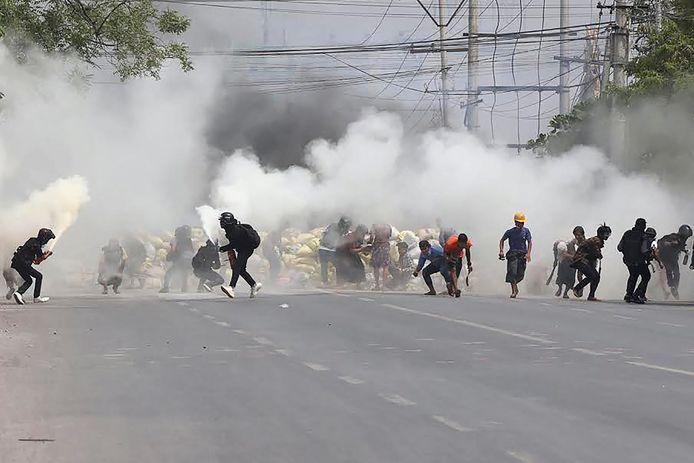 Demonstranten raakten onder meer in de stad Mandalay slaags met de oproerpolitie, die traangas afschoot.