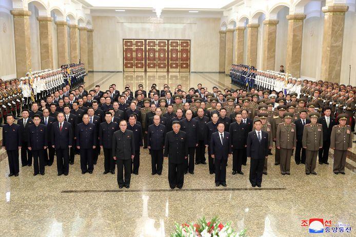 De statiefoto waarom te zien is dat Kim heel wat kilo's kwijt is en de legerleiding niet direct om hem heen staat.