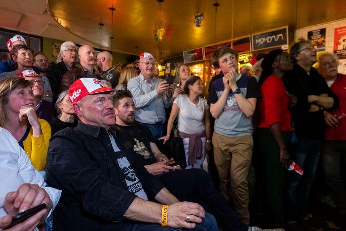 Ook cafébaas Bob Campenaerts, de nonkel van Victor, kijkt vol spanning toe.