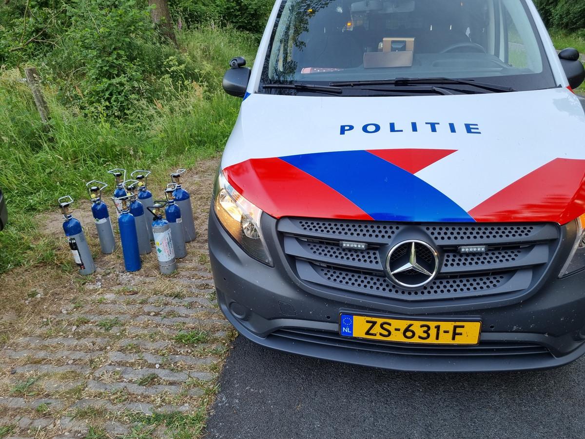 De negen flessen lachgas die in de auto in Winterswijk zijn aangetroffen.