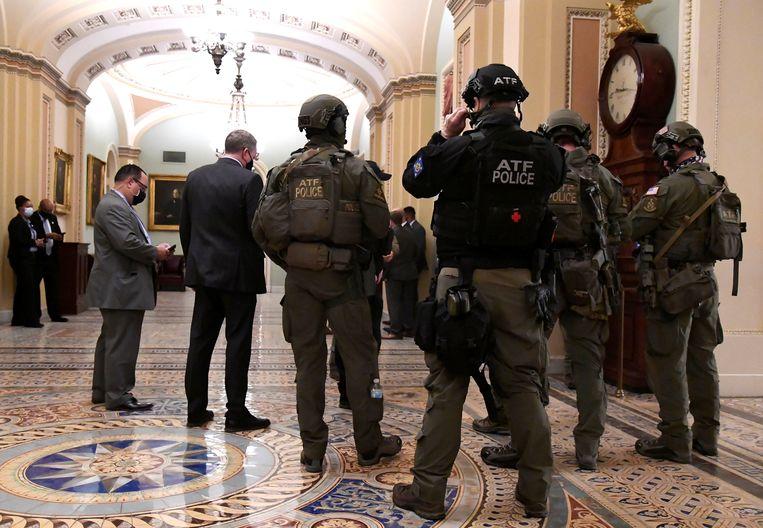 Beveiliging en politie in het Capitool. Beeld REUTERS