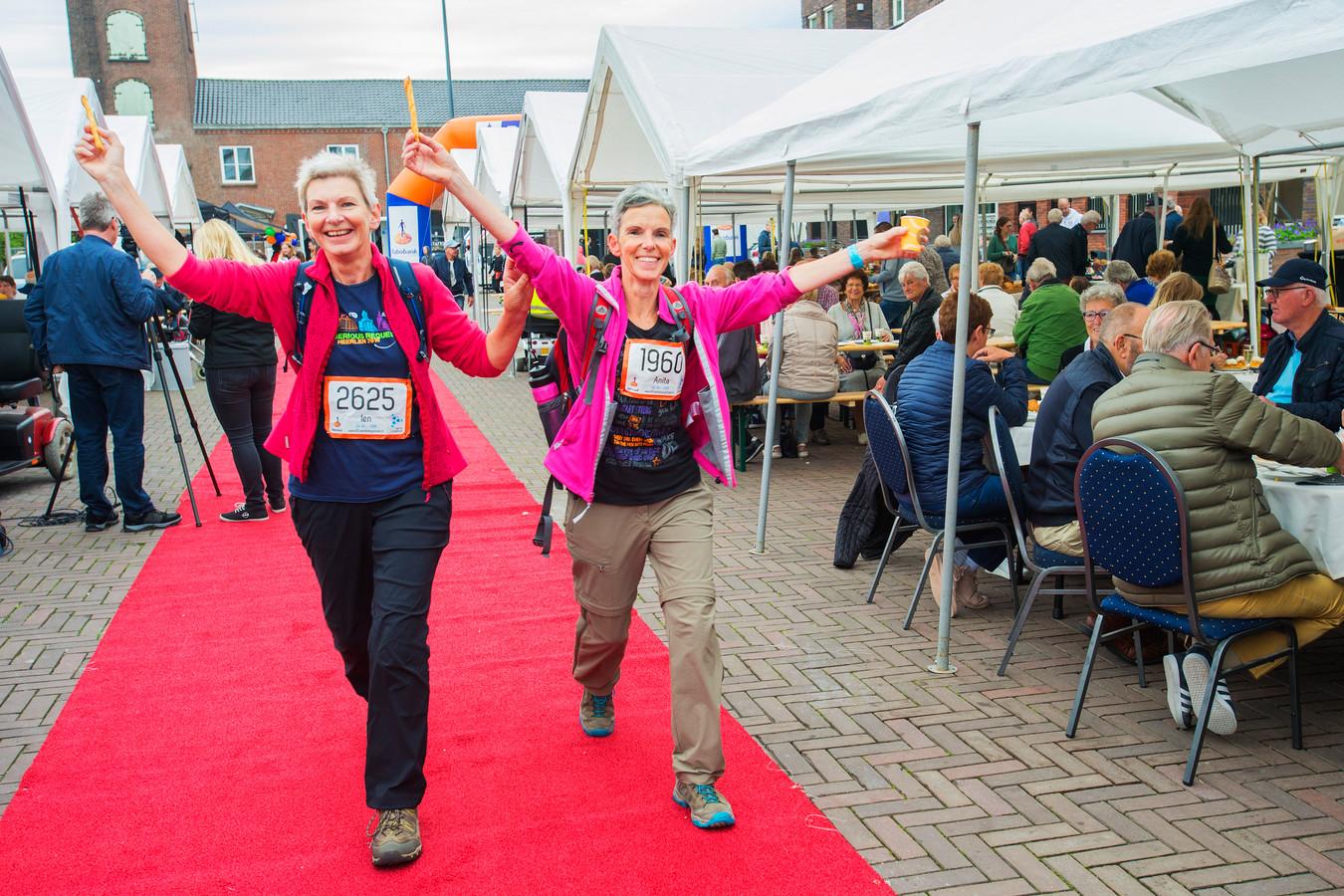 Anton Pieckplein  Kaatsheuvel; ontbijten en kijken naar de deelnemers