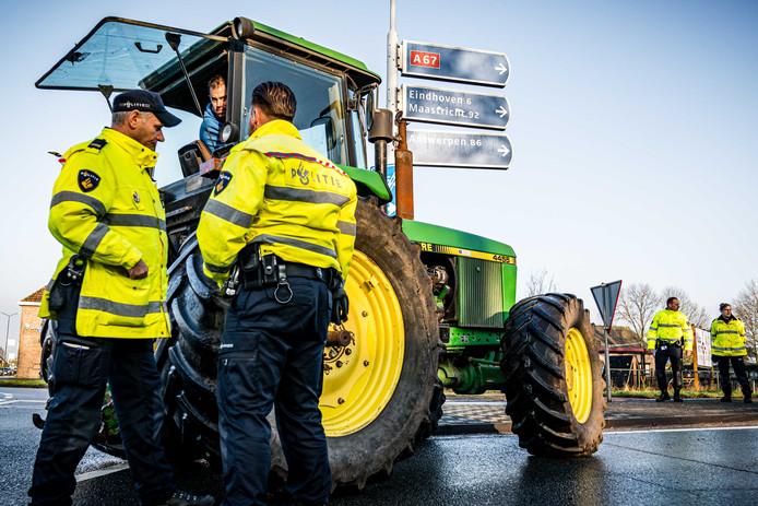Boze boeren blokkeren de oprit A67 bij Geldrop.