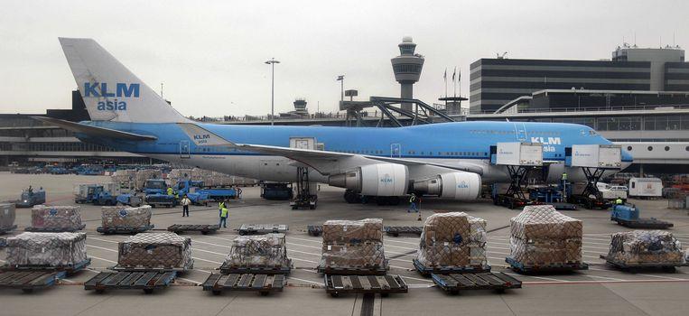 Een KLM-toestel wordt geladen.  Beeld ANP