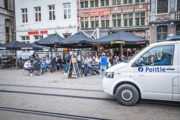 Er rijden combi's rond, maar de politie die rondwandelt, loopt meestal in burger rond.
