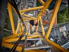 Op ijzingwekkende hoogte bedient Folko zijn bouwkraan: 'Heerlijk, zo alleen op de wereld'