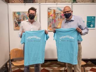 Vrijwilligers vaccinatiecentrum be-MINE krijgen T-shirt en bedankkaartje