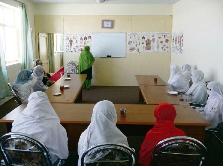 Vrouwelijke verpleegkundigen in opleiding. De sluier gaat slechts voor de foto even voor het gezicht. (FOTO'S GEORGE MARLET, TROUW) Beeld