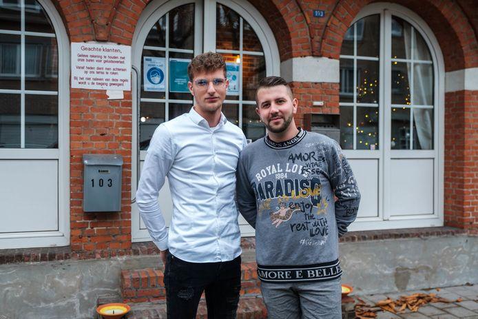 Chass Van Eetvelde (wit hemd) en Junior Schuerweghs van De Kuip bieden take-away aan.