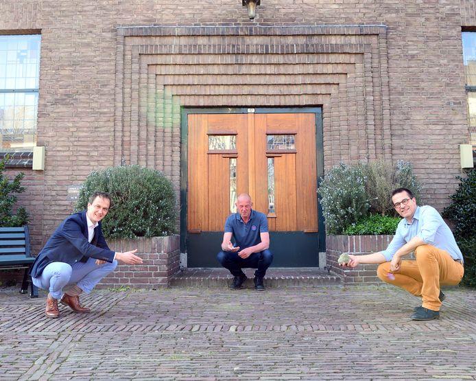 Predikanten Karel Hazeleger, Kest Jelsma en Hans Baart (vlnr) wijzen de plek aan waar vanaf zondag de 'trooststenen' neergelegd kunnen worden.