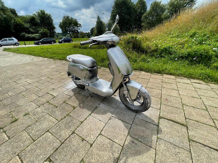 Een GO-sharing scooter werd grijs gespoten in Eindhoven.