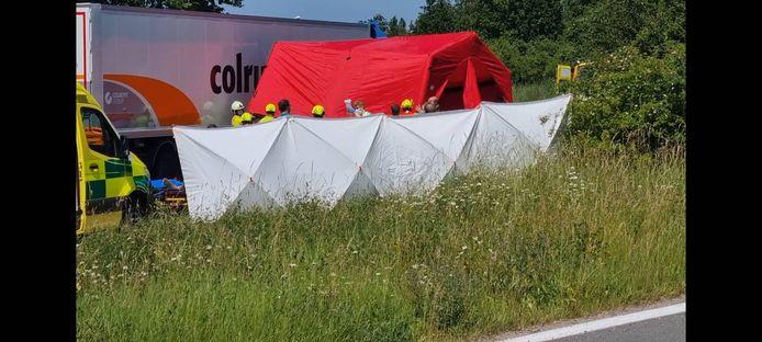 Tijdens de interventie werd een tent over de wagen geplaatst.
