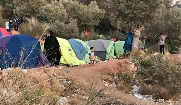 Vluchtelingen op Samos: vieze toiletten en een tentje tegen de helling