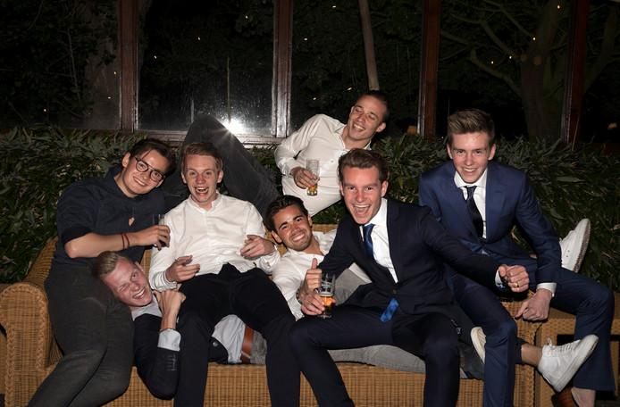 Rico, tweede van rechts, tussen zijn vrienden: uitgelaten en vrolijk. Naast hem (vlnr) Nigel, Gertjan, Jens, Sean en Cesar. Rechts zijn broer Nino.
