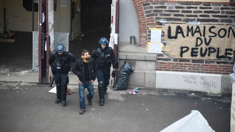 Een demonstrant wordt vrijdag gearresteerd tijdens de ontruiming van 'het Huis van het Volk' in Rennes. Beeld afp