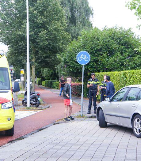 Scooterrijder in Amersfoort schrikt van auto en gaat onderuit