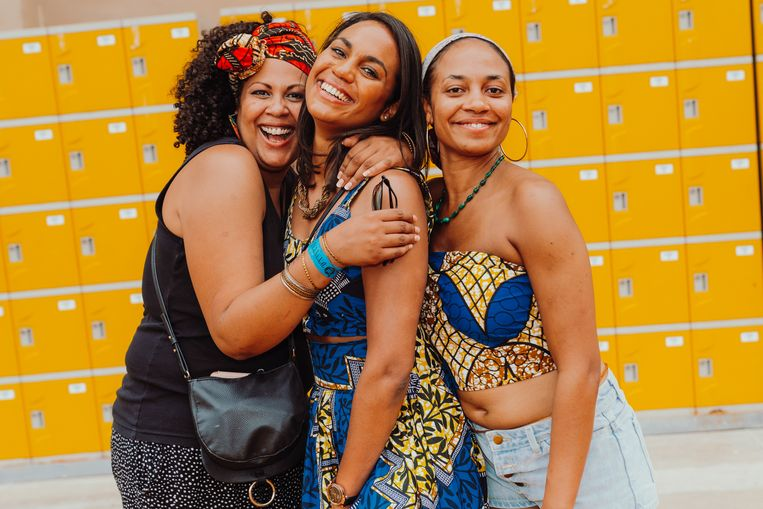 """DJ Lola Jones in het midden, omringd door haar twee zussen: """"Een deel van mijn familiegeschiedenis ligt in dit museum."""" Beeld Illias Teirlinck"""