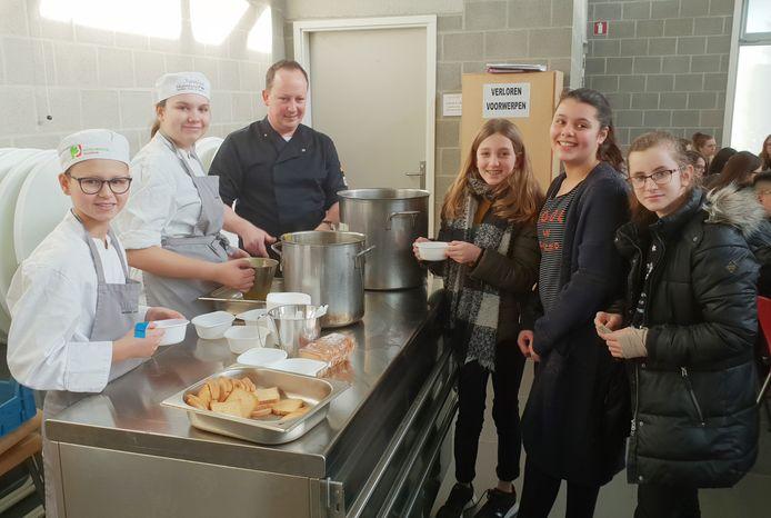 Leerlingen schuiven aan voor een portie soep bereid door jonge koks in de school