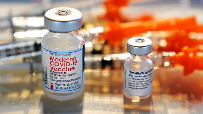 Flacons met covid-19-vaccins van Pfizer en Moderna.