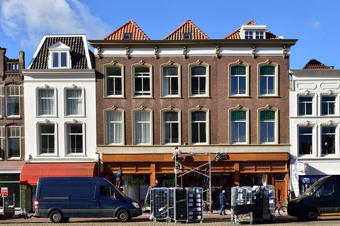 Nieuw historisch vormgegeven pui voor het Etos-filiaal op de Markt. In dit pand was ooit logement Het Herthuis gevestigd.