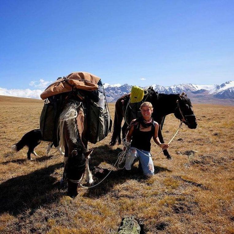 Vijf maanden lang liep Tamar door Mongolië met  paard, kameel en hond. Beeld Tamar Valkenier