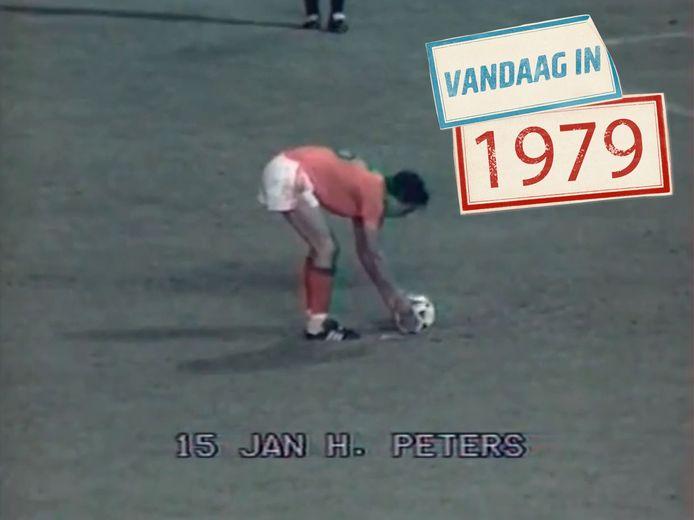 Jan Peters (1953) legt aan voor zijn penalty.