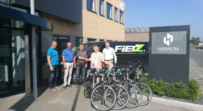 Van links naar rechts: Mark Niemeijer (J & J Techniek), Jan Oldejans (Herikon), Henry Westen (FietZ Almelo), Ine Niemeijer (J & J Techniek) en Gertjan Mollink (Bedrijvenkring).