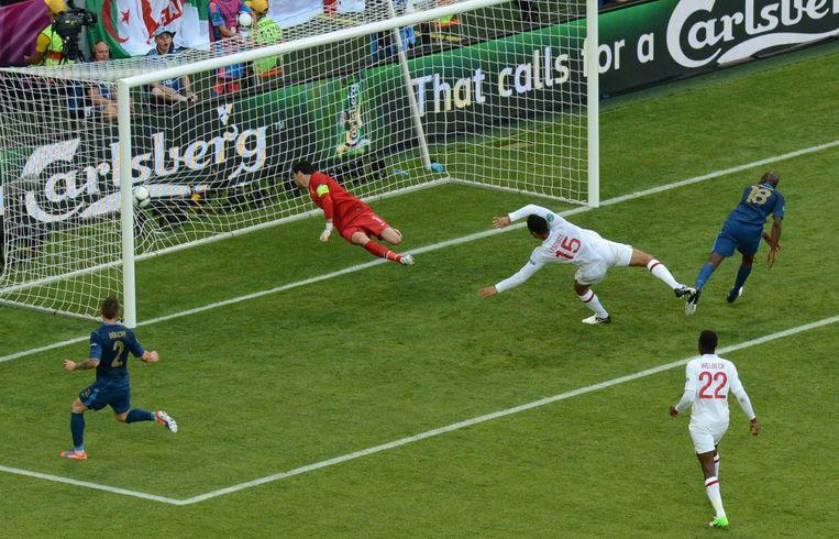Joleon Lescott (nummer 15) scoort tegen Frankrijk. Beeld afp