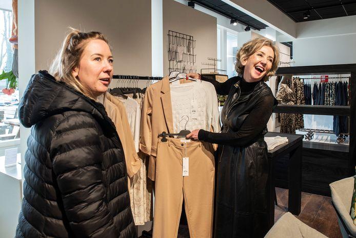 Pix4Profs-Ron Magielse winkels openen op afspraak voor klanten. bij zez mode op de markt in princenhage is eigenaresse yvonne degens  (r) in haar nopjes dat ze eindelijk weer klanten kan ontvangen.